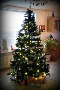 Juletræet med sin pynt - og pigernes gaver, som selvfølgelig skulle åbnes først!
