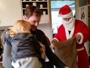 Julemanden (aka Onkel René)  kom forbi med gaver til pigerne