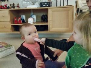 Ida deler gerne sin is med Maya