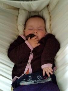 Maya sover.... med sut i munden!