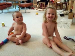 Mors to bassepiger klar til nattøj