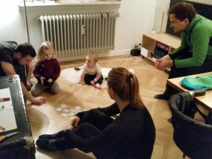 Familien hygger med det fine vendespil som Anne og Ida havde lavet