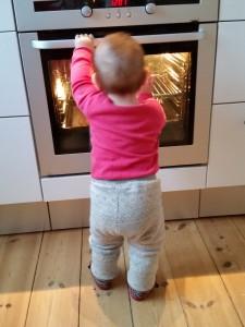 Lille My slægter sin Far på og holder nøje øje med bolleriet i ovnen