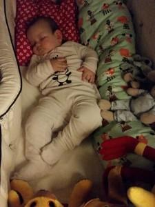 Skønne Maya sovende i sin seng for en kort stund