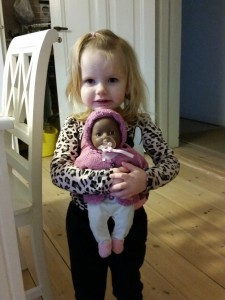 Dukke Sally har fået ny trøje og hue fra Farmor. Tak!