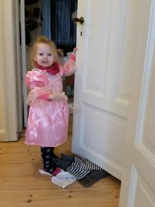 Mor og Ida fandt en prinsessekjole i Netto til 25 kr. så nu har Ida også sådan en :)