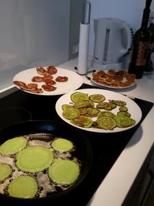 Begge pigerne er tossede med pandekager for tiden så vi laver riiiigtig mange pandekager!