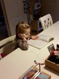 Ida har en vigtig samtale i telefonen