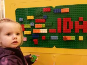 Ida og Mor i Lego-butikken