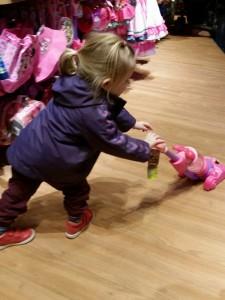 Ida i gang med at støvsuge med en Minnie støvsuger. Mor påtænker at klistre Minnie på vores egen støvsuger :)