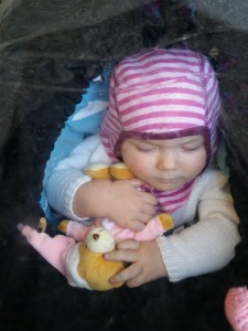 Maya sover med sin nye ven <3
