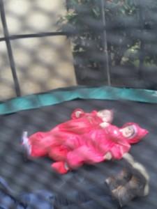 Det mest stillestående billede Mor fik af Mormor, Ida og Maya på trampolinen