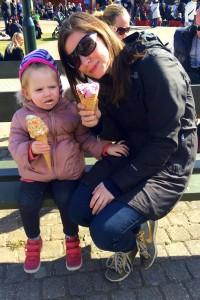 Mor og Ida nyder en is