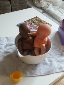 Dukke Sally og Dukke Molly hygger sig i badet