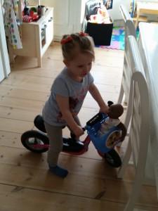 Ida er så småt ved at blive mere og mere modig med den store løbecykel