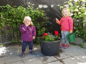 Tøserne med deres blomster på legepladsen