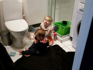 Lillesøster er god underholdning når man sidder på potten