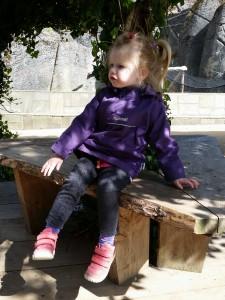 Ida tager en slapper på en bænk i Zoo