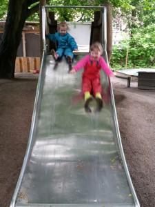 Ida og Kornelia rutscher i børnehaven