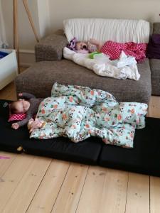 Når begge piger endelig sover tør man ikke engang slå en prut af frygt for at en af dem vågner og vækker den anden! Shhhhh....