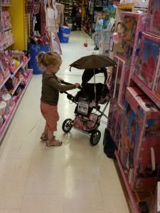 Mor Jeg ønsker mig altså sådan en dukkevogn med paraply så det ikke regner på dukke Sally