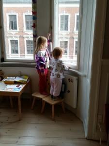 Næsten hver morgen starter med at Mor drøner i bad og så ud af døren og på job 6.15. Mor bliver altid vinket til i vinduet. Det er top hyggeligt!