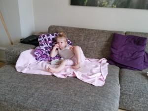 Sygetutten camperer på sofaen...