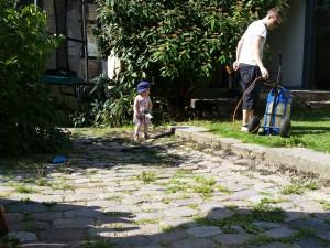 Far og Maya i gang med havearbejde i gården