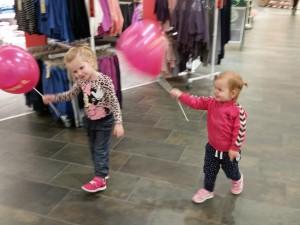 Ida og Maya leger med balloner