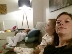 Yndlingsfredagsbeskæftigelse: Nybadede børn i nattøj med fredagsslik til Disney Sjov <3