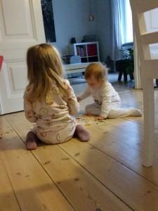 Et af de mange øjeblikke hvor pigerne hygger sig sammen. Det sker tit, men ikke så længe af gangen