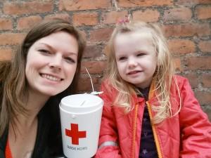 Mor og Ida har været på indsamling for Røde Kors
