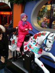 Maya på hestetur