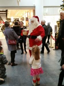 Ida siger hej til julemanden