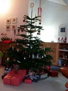 Juletræet med sin pynt - og gaver!