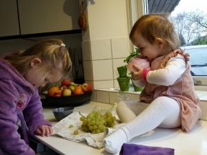 Ida og Maya hjælper lige Farmor med frugtsalaten