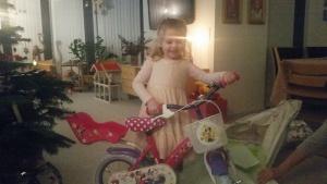 Ida fik en lyserød Minnie cykel. Hun ELSKER den!