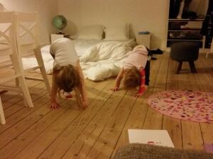 Maya træner arm og Ida træner med