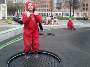 På vej hjem fra Netto skal vi næsten altid liiiiige hoppe lidt på trampolin