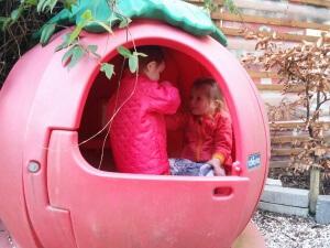 Pigerne leger i gården