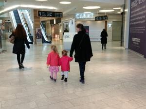 Pigerne lufter Mormor