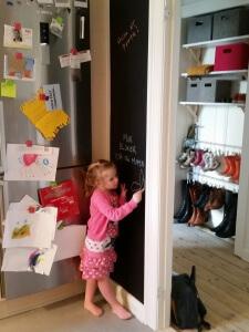 Ida i gang med at dekorere tavlen i køkkenet