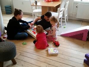 Pigerne hygger med gaver fra Anne og René