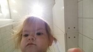 Sådan ser det ud når Maya sidder på toilettet og spiller på Mors telefon