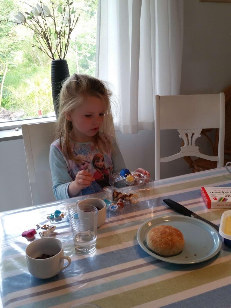 Fødselsdagsmorgenmad med Elsa og Anna gaver