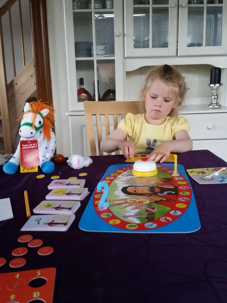 Mor og Ida spiller 'Skæg med tal' som Ida fik i fødselsdagsgave