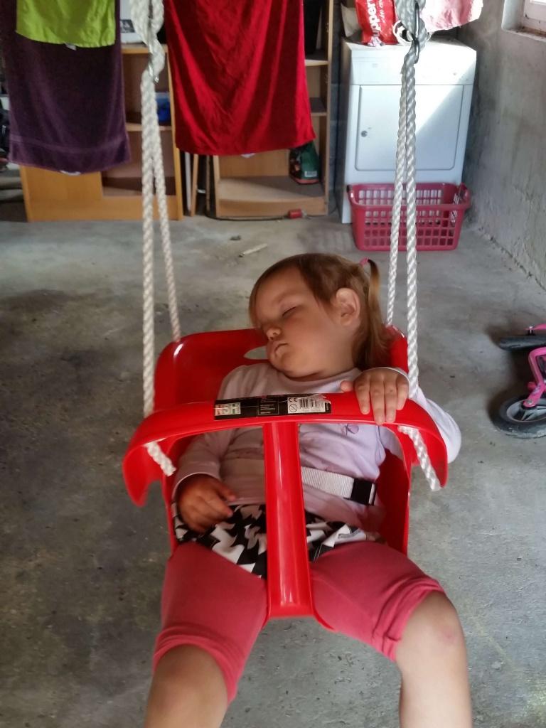 Maya nægtede pure at sove lur. Hun ville meget hellere gynge....