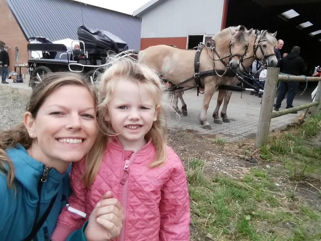 Mor og Ibsen foran den hestevogn vi fik en laaaang køretur i