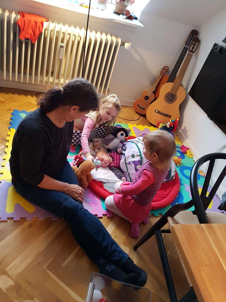 Mormor og de tre kusiner på gulvet