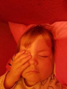 Maya var sikker på hun havde hørt julemandens kane ude hos Morfar og Grete så da Mor sagde til Maya da vi kom hjem lidt senere at hun skulle skynde sig at lukke øjnene og ligge sig til at sove så han kunne komme med julegaver gik der max 15 sekunder før hun sov - med begge hænder for øjnene